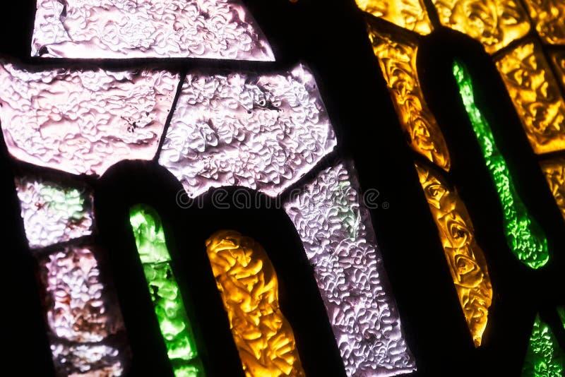 Plan rapproché en verre coloré de mosaïque avec la lumière du soleil passant  abr?gez le fond photographie stock libre de droits