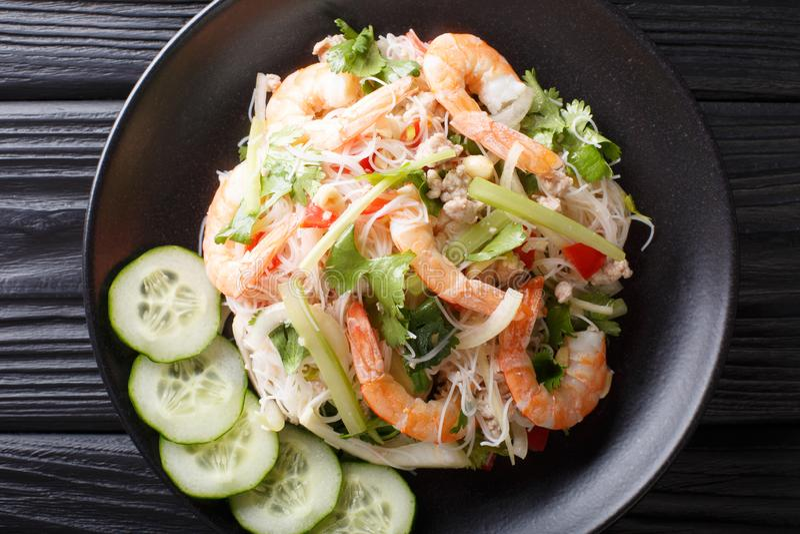 Plan rapproché en verre de Yum Woon Sen de salade de nouille du plat vue sup?rieure horizontale image stock