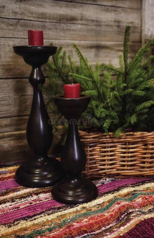 plan rapproché fabriqué à la main de célébration de décoration de bougie de chandelier de sapin de branche de panier de textile e photographie stock libre de droits