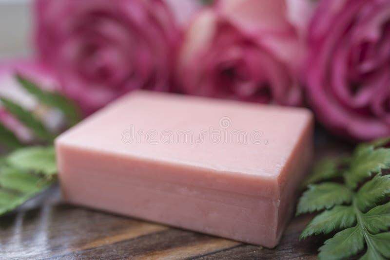 Plan rapproché fait main et roses de savon dans le defocus photographie stock