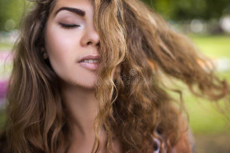 Plan rapproché femelle de beauté Joli portrait de la jeunesse photographie stock libre de droits