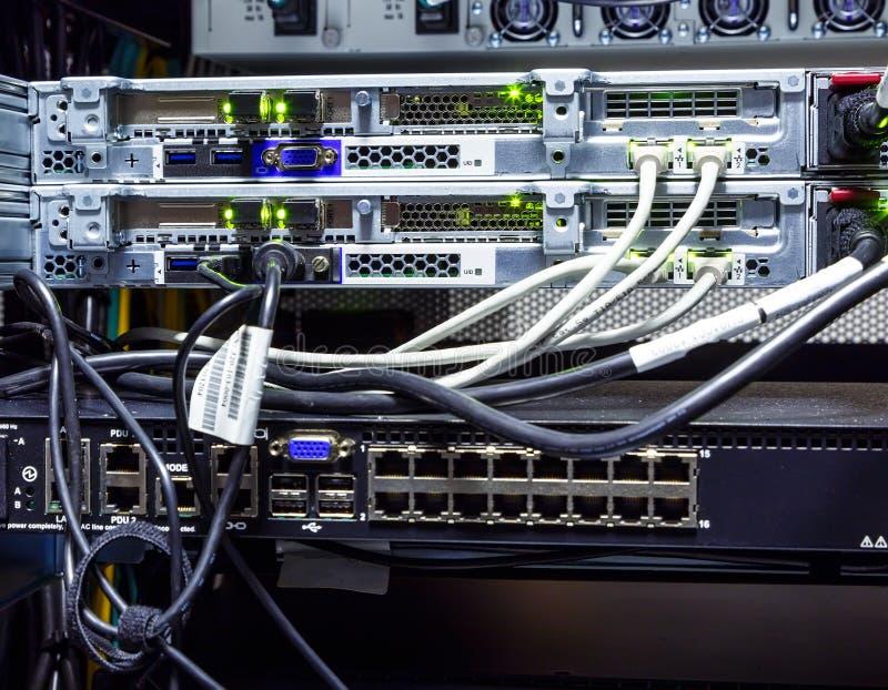 Plan rapproché, fils et connecteurs de support d'ordinateur géant de routeur image libre de droits