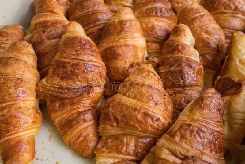 Plan rapproché fraîchement cuit au four de croissants photos libres de droits