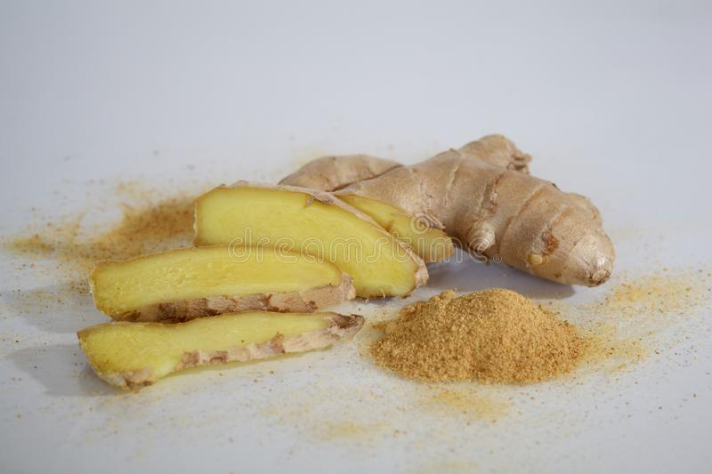 Plan rapproché fraîchement découpé et sec en tranches de Ginger Root photos stock