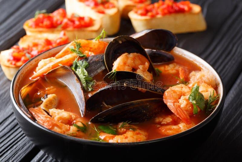 Plan rapproché français de soupe à bouillabaisses de fruits de mer dans une cuvette servie avec photographie stock libre de droits