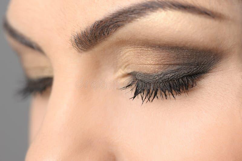Plan rapproché fumeux de maquillage de yeux fermés photos stock