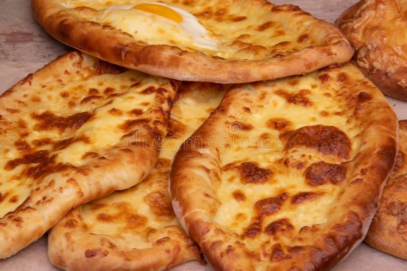 Plan rapproché géorgien adjarien de cuisine de Khachapuri avec l'oeuf, la cuisine géorgienne Nourriture de rue image stock