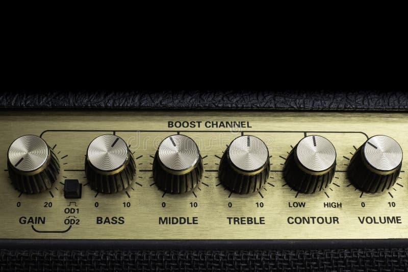 Plan rapproché horizontal de boutons de l'amplificateur six de cru, d'isolement, l'espace de copie sur le dessus image libre de droits