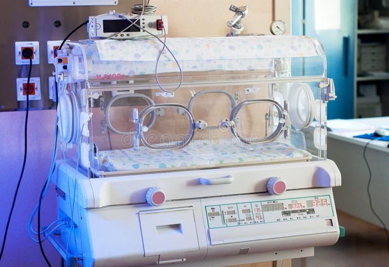 Plan rapproché infantile d'incubateur Fond médical de technologie image stock