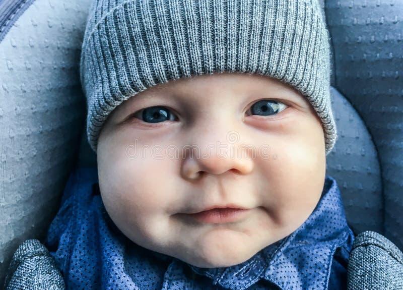 Plan rapproché infantile mignon de garçon images libres de droits