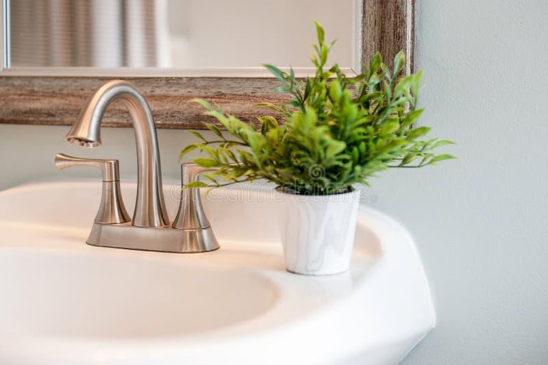 Plan rapproché léger et lumineux d'évier de salle de bains photographie stock libre de droits