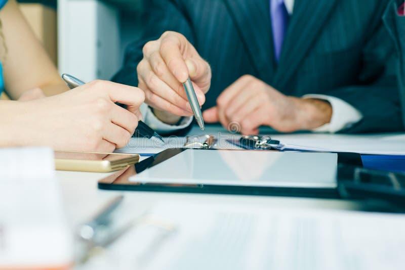 Plan rapproché la main d'homme d'affaires se dirigeant à l'écran de comprimé de tblank Réunion réussie de travail d'équipe photos stock
