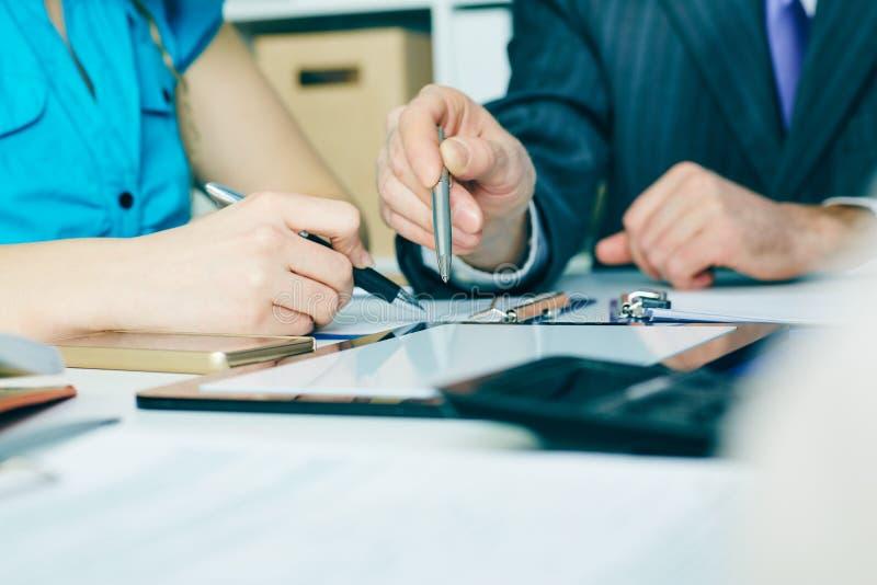 Plan rapproché la main d'homme d'affaires se dirigeant à l'écran de comprimé de tblank Réunion réussie de travail d'équipe images libres de droits