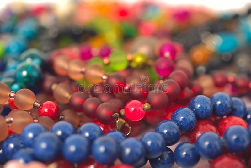 Plan rapproché mélangé de perles de couleurs fait à partir des pierres naturelles ou des marbres en verre image stock