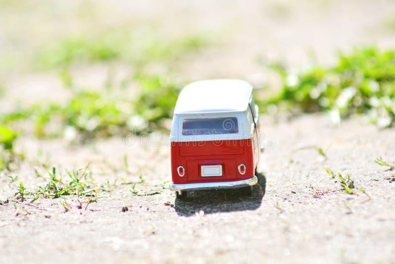 Plan rapproché miniature rouge d'autobus de jouet concept de course photos stock