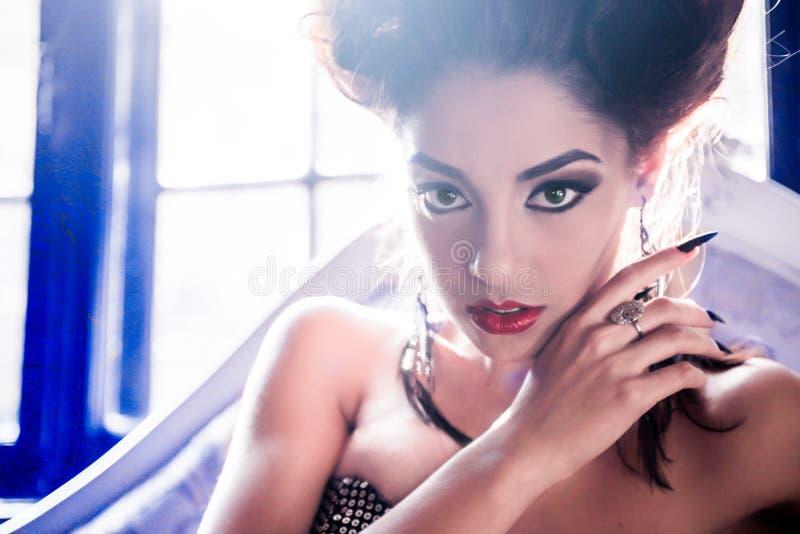 Plan rapproché modèle de femme sexy ressemblant à un vampire avec f stylet images stock