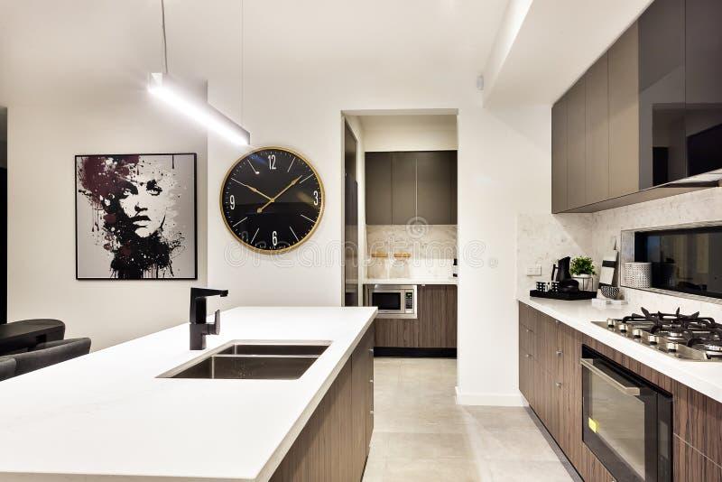 Plan rapproché moderne de partie supérieure du comptoir de cuisine avec un fourneau et une montre photos libres de droits