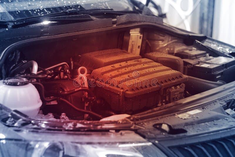 Plan rapproché, moteur de voiture avec la lumière rouge, concept de la surchauffe de moteur images libres de droits