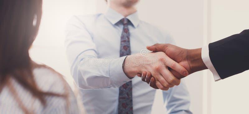 Plan rapproché multi-ethnique de poignée de main d'affaires lors de la réunion de bureau, conclusion de contrat photos libres de droits