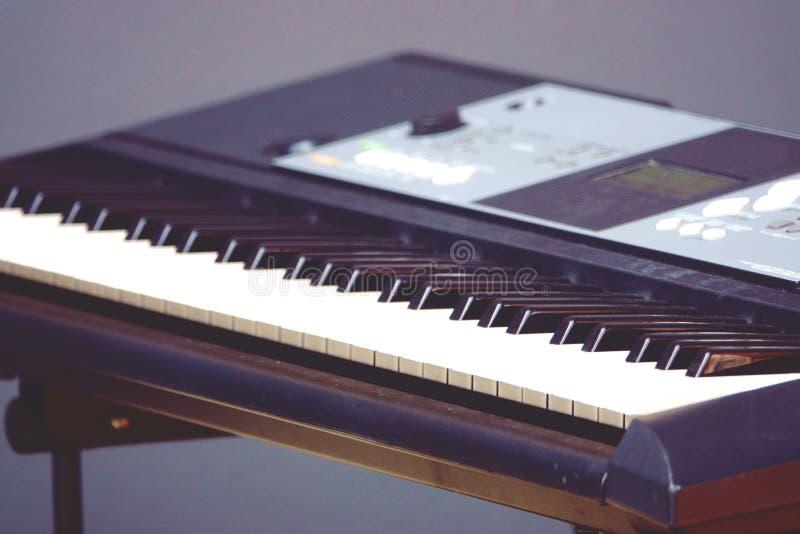 Plan rapproché musical électronique brouillé de synthétiseur de clavier photos stock