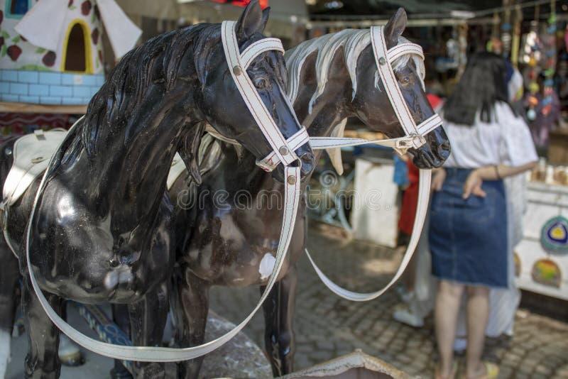 Plan rapproché noir d'agriculteur de cheval It& x27 ; s poussiéreux Boutique de souvenirs à vendre Femme ? l'arri?re-plan photo libre de droits