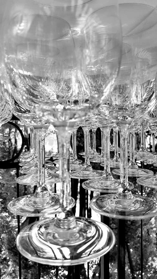 Plan rapproché noir et blanc de verres à vin images stock