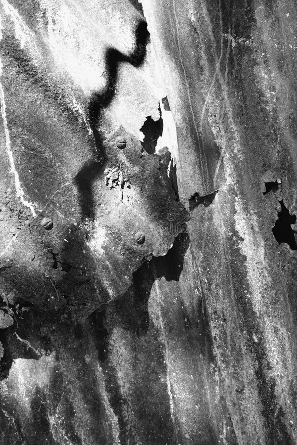 Plan rapproché noir et blanc du métal texturisé. images libres de droits