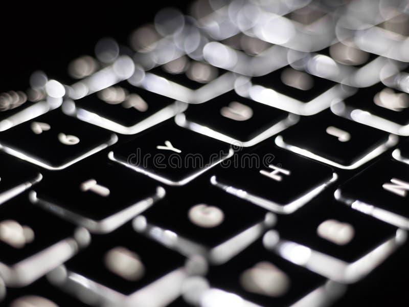 Plan rapproché noir et blanc sur des clés lumineuses de clavier d'ordinateur photos libres de droits