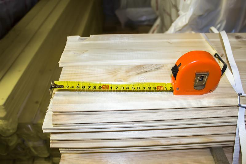 Plan rapproché orange de roulette de construction sur un fond en bois images libres de droits