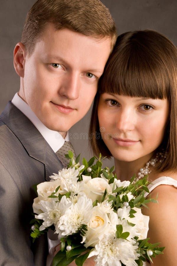 Plan rapproché par jeunes de ménages mariés photo stock