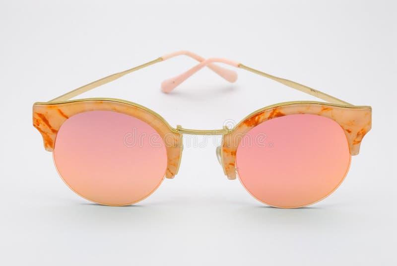 Plan rapproché pour marbrer le cadre avec Rose Pink Lens Sunglasses, d'isolement images libres de droits
