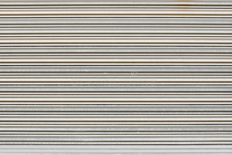 Plan rapproché pour nettoyer la porte de volet en métal, fond photo libre de droits