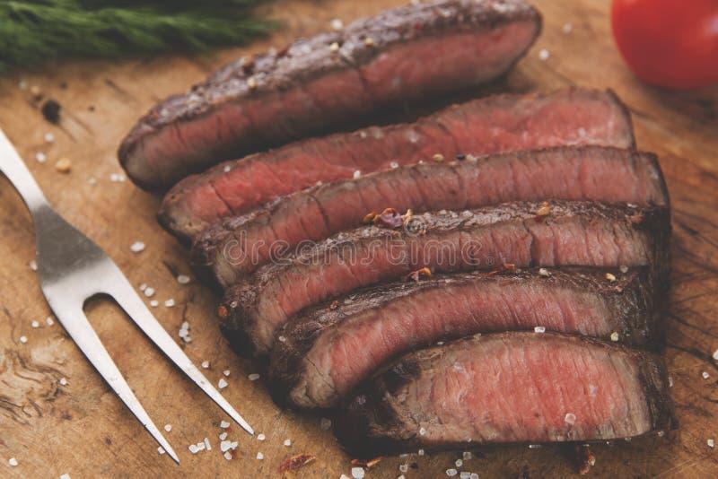Plan rapproché rare moyen découpé en tranches cuit de bifteck de boeuf images libres de droits