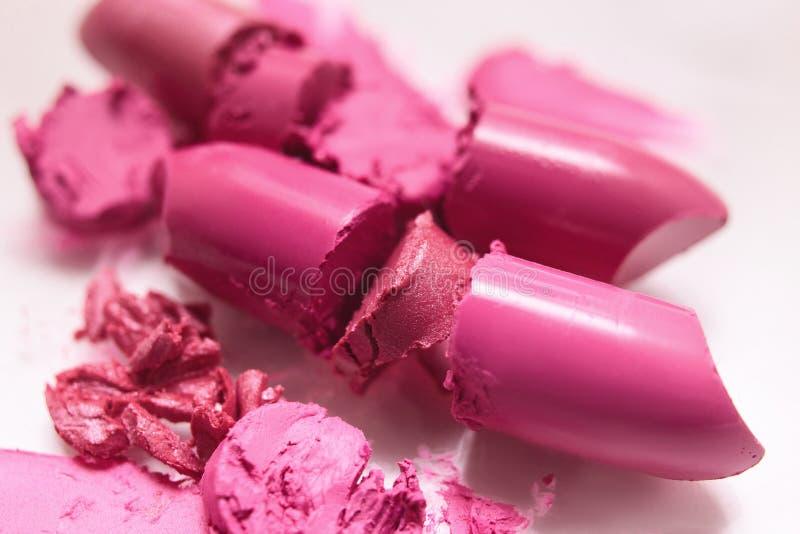 Plan rapproché rose coupé de rouge à lèvres sur le fond blanc photos stock