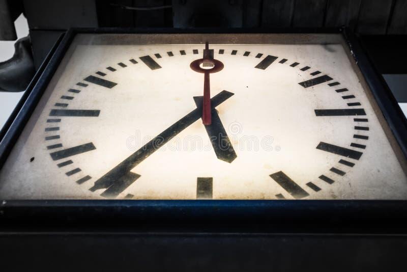 Plan rapproché sale sale de vintage d'horloge dramatique de vignette au-dessous de Persp photos libres de droits