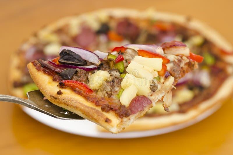 Plan rapproché suprême classique de tranche de pizza images libres de droits