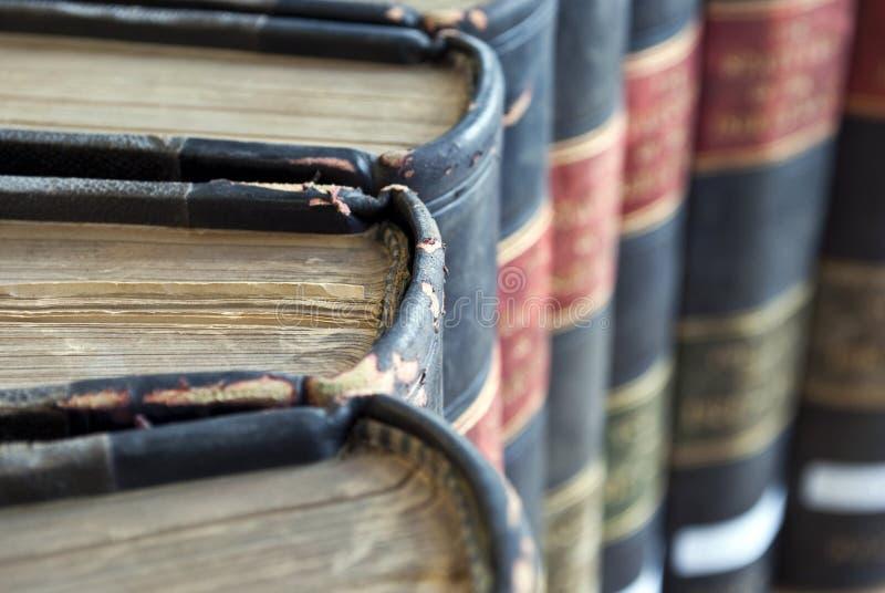Plan rapproché sur de vieux livres permissibles/loi images libres de droits