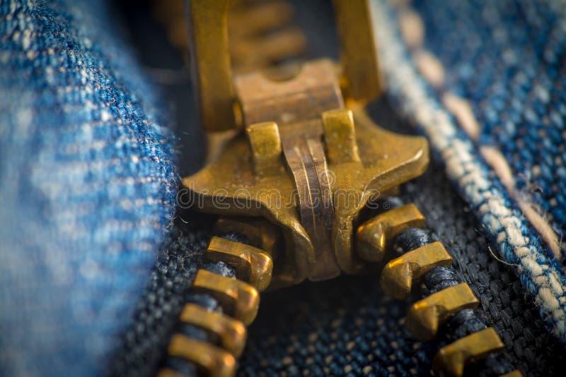 Plan rapproché sur des blues-jean tirette et bouton images stock