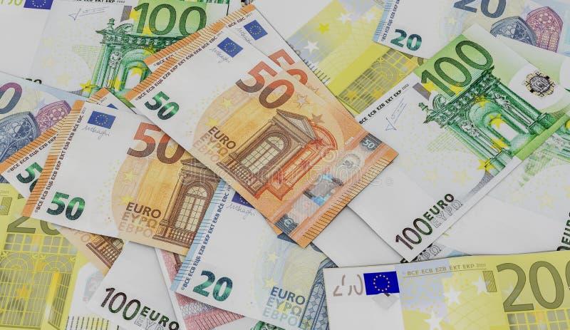 Plan rapproché sur des euros sur une table photo libre de droits
