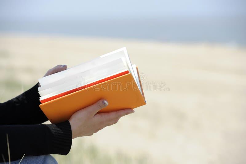 Plan rapproché sur des mains avec book.outdoors photo stock
