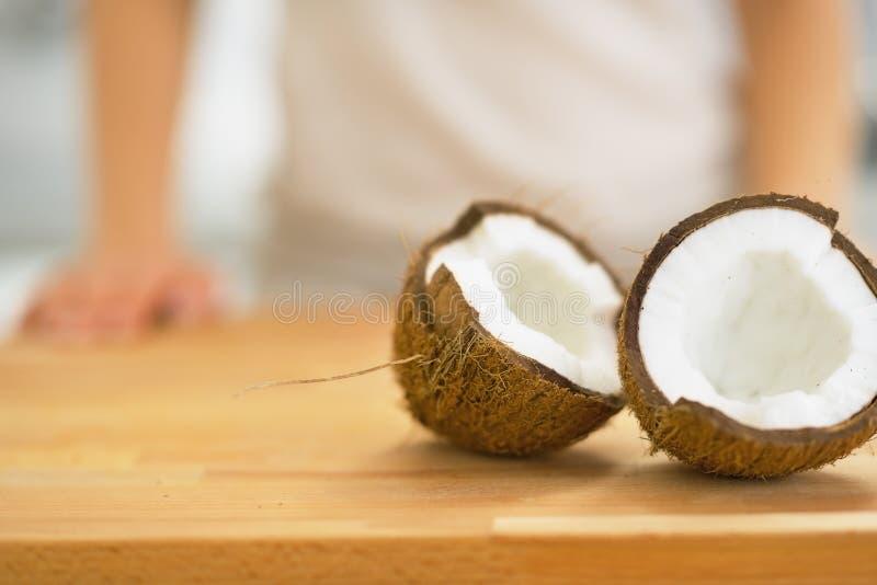 Plan rapproché sur des tranches de noix de coco sur la planche à découper photographie stock libre de droits