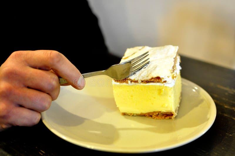 Plan rapproché sur Gibanica local traditionnel slovène - coupe de main avec une fourchette dans un restaurant dans saigné photos stock