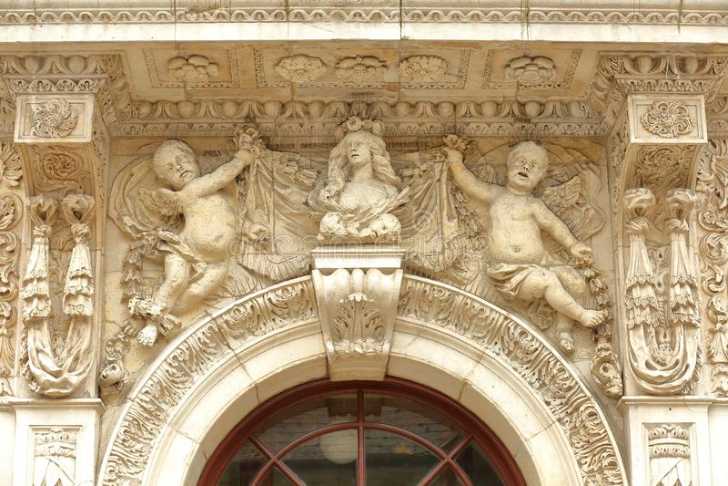 Plan rapproché sur l'entrée de hôtel de ville avec des détails des sculptures dans Swanage photo libre de droits