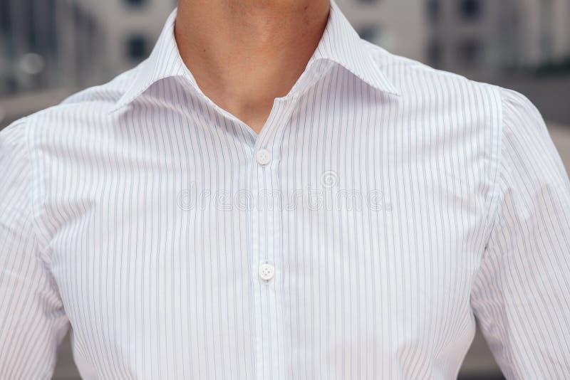 Plan rapproché sur la chemise élégante masculine avec le collier photos stock