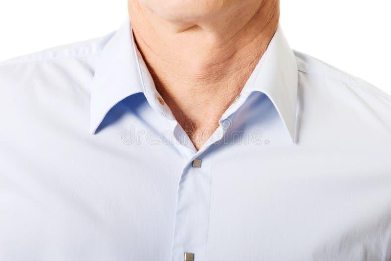 Plan rapproché sur la chemise masculine avec le collier photographie stock