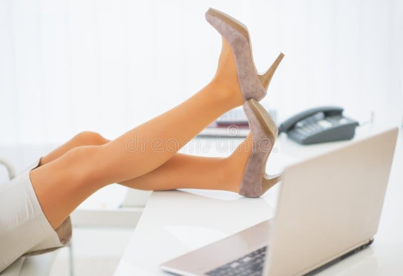 Plan rapproché sur la femme d'affaires ayant la coupure image stock