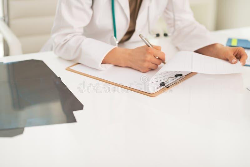 Plan rapproché sur la femme de médecin travaillant dans le bureau image stock