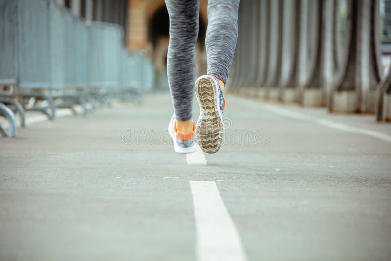 Plan rapproch? sur la femme de sports sur pulser de pont de Pont de BIR-Hakeim photo stock
