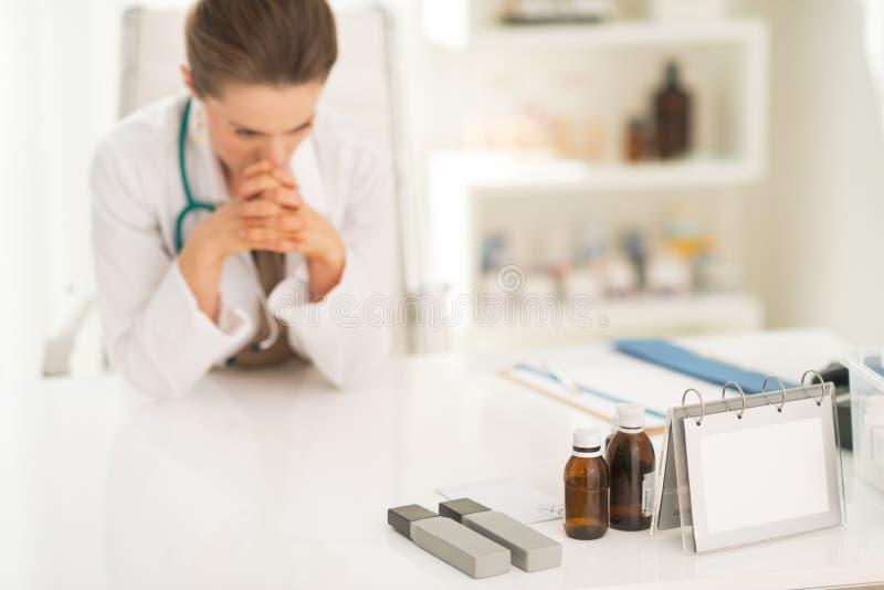 Plan rapproché sur la femme intéressée de médecin image stock