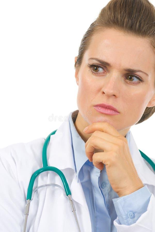 Plan rapproché sur la femme réfléchie de médecin photographie stock